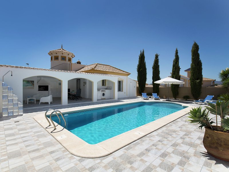 Detached villa with private pool on Mazarron Country Club, 3 km from Mazarròn o, holiday rental in Camposol