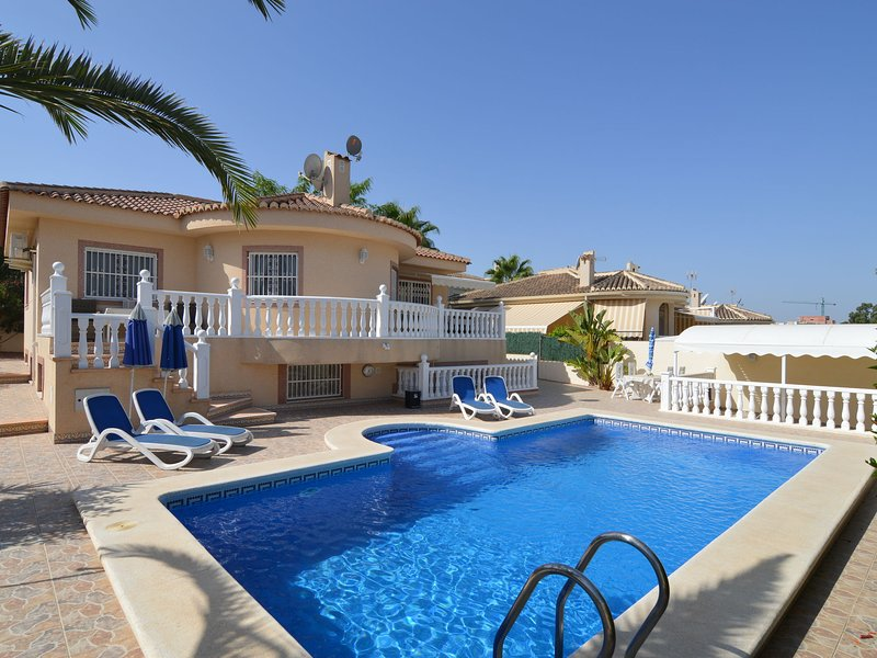 Large villa with private pool and five bedrooms in Benijofar, holiday rental in Algorfa