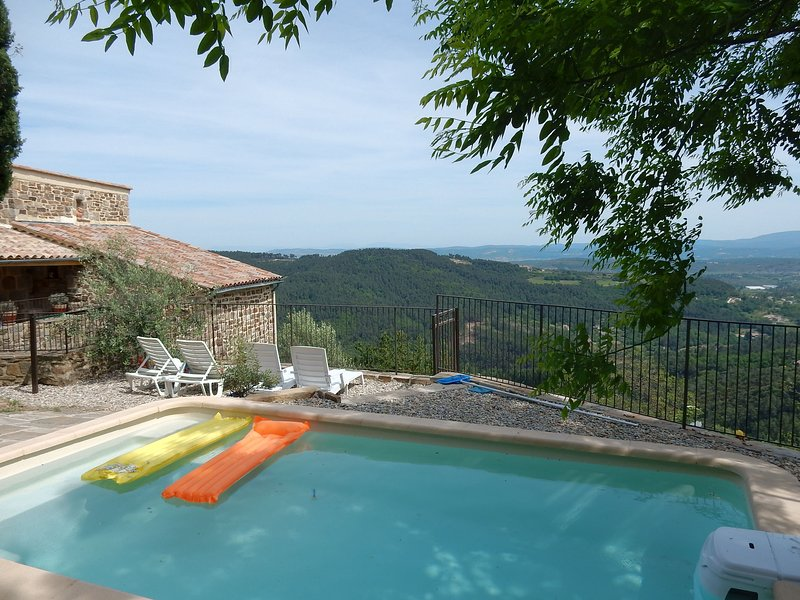 Beautiful house made of natural stone, with swimming pool and very nice view, alquiler vacacional en Rocles