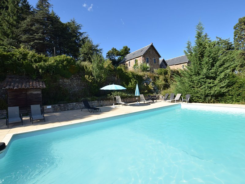 Former coach house in castle with park, large swimming pool in North Ardèche, casa vacanza a Gluiras