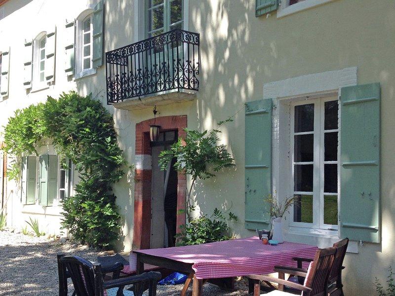 Cozy Apartment in Artigat with Private Terrace, location de vacances à Artigat