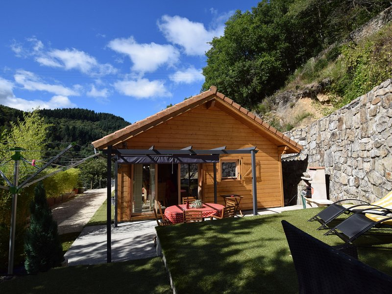 Beautiful Holiday Home in Le Cheylard with Fireplace, casa vacanza a Gluiras