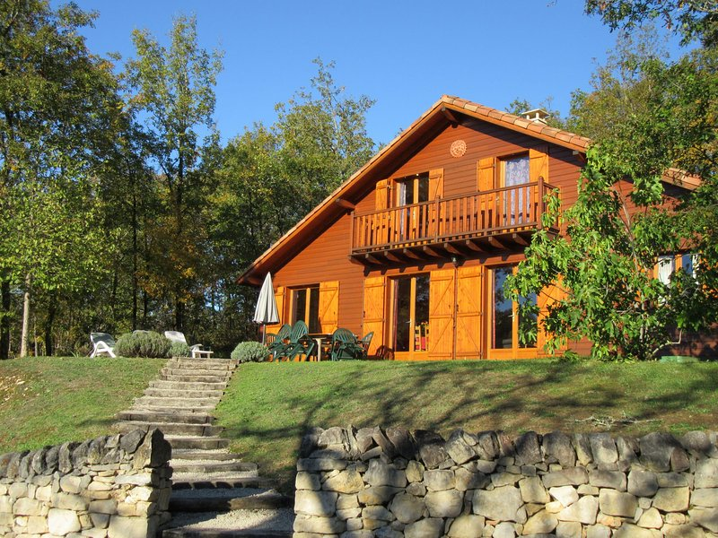 Wooden chalet in the woods of the beautiful Dordogne valley, casa vacanza a Cazoules