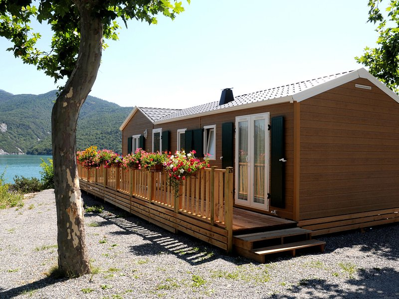Wooden chalet in the cozy and sporty and beautifull Chorges, holiday rental in St Vincent les Forts
