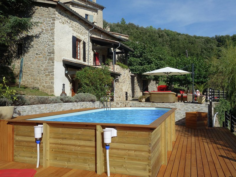 Beautiful holiday home with swimming pool, lovely terrace and view over valley, holiday rental in Pranles