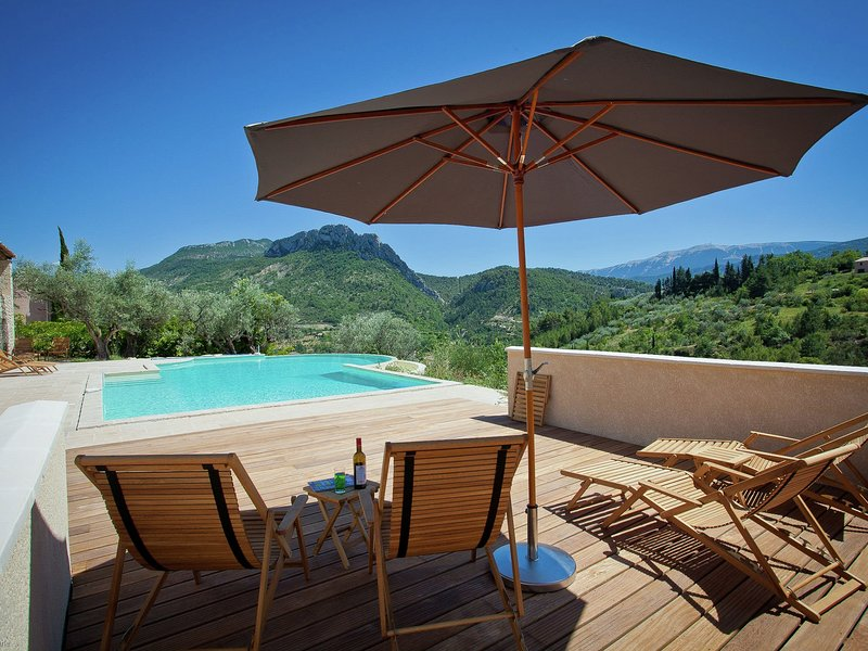 Beautiful villa with panoramic view, in the hills of the Mont Ventoux, vakantiewoning in Vercoiran