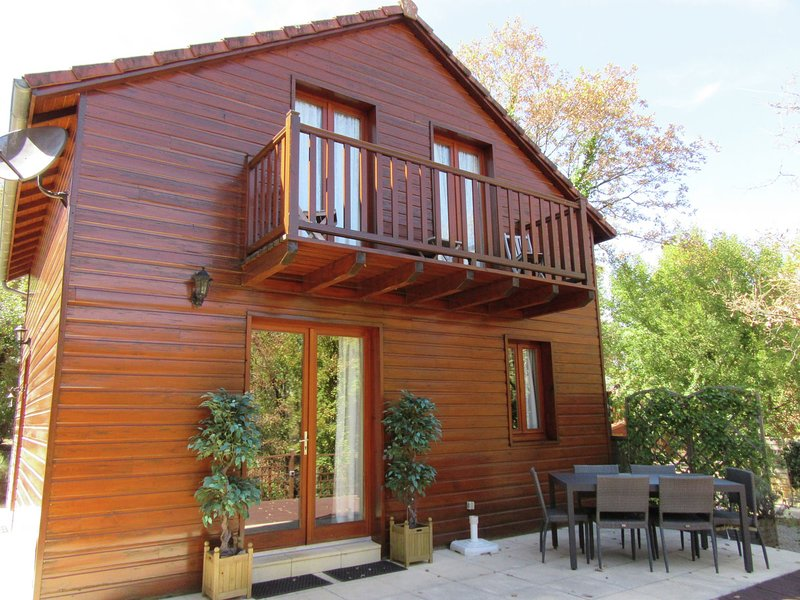 Wooden chalet in the woods of the beautiful Dordogne valley, holiday rental in Cressensac