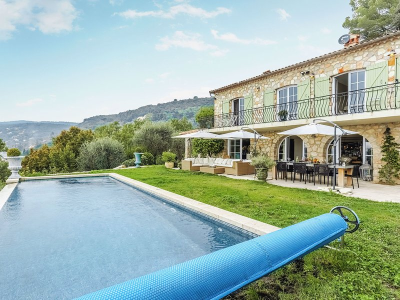 Stylish villa with private pool and terrace garden with panoramic sea views, holiday rental in Saint-Vallier-de-Thiey