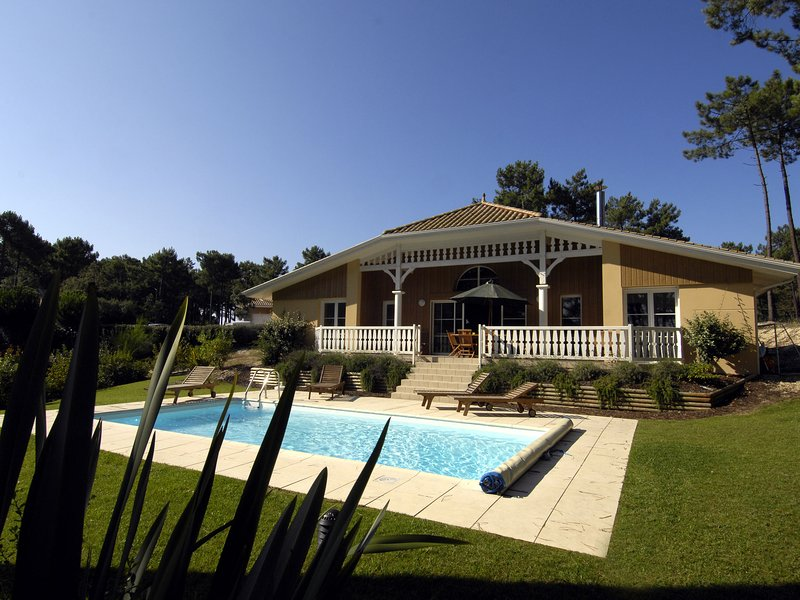 Gorgeous villa with a private pool at 2 km. from the sea, location de vacances à Lacanau Océan