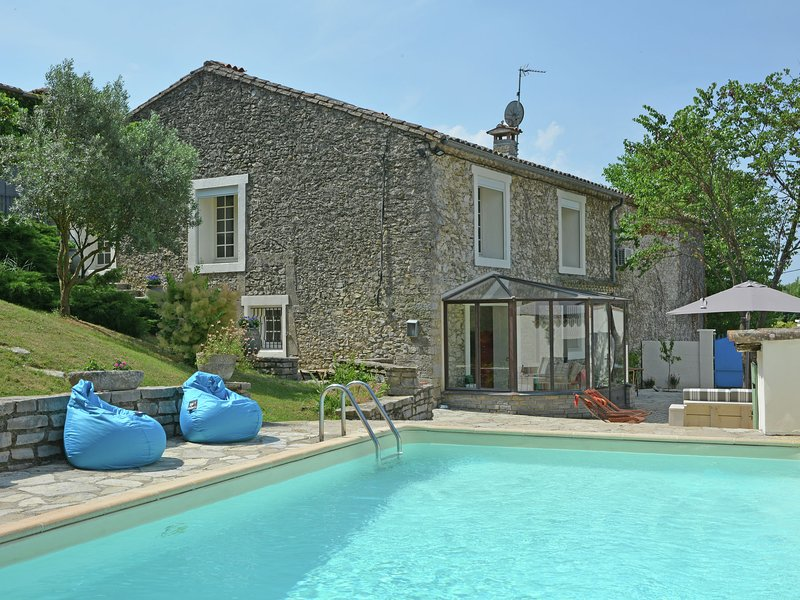 Between the beach and the lake: a gorgeously renovated bastide with private swim, location de vacances à Vacquières