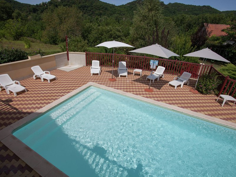 Holiday home right on the river bank with private swimming pool in Saint-Julien-, holiday rental in Saint-Julien-de-Lampon