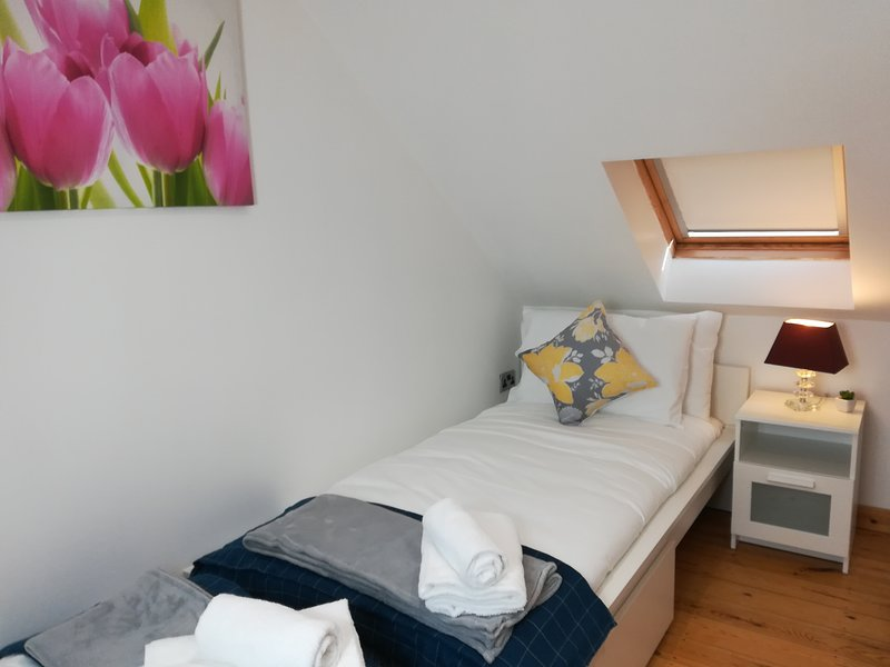 The Mews Apartment with FREE parking and Bus Stop near Rail Station & Hospital, holiday rental in Shepreth