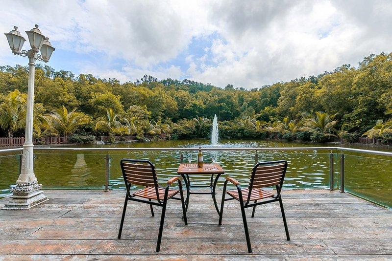 Hidden Hirai by Vista Rooms, vacation rental in Nashik