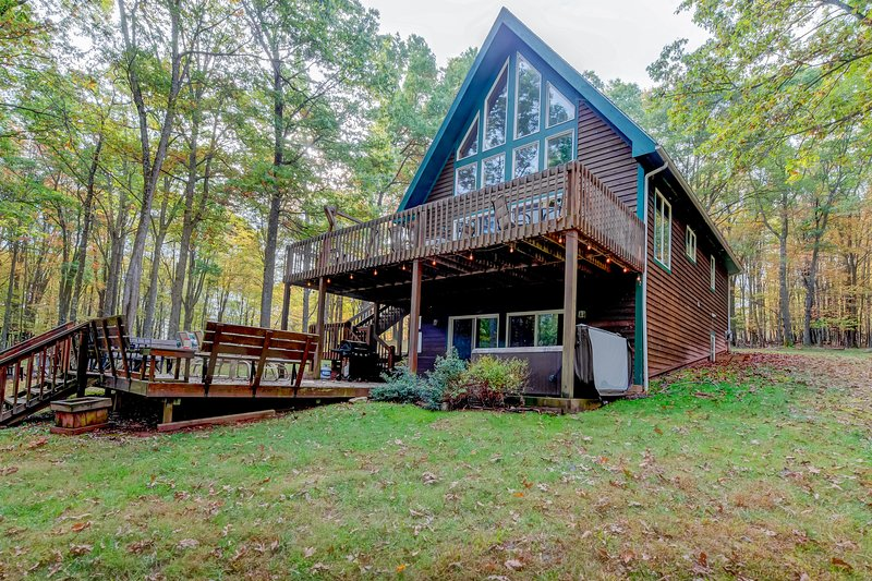 Lake access chalet-style home w/ 2 furnished patios, & private hot tub - dogs OK, holiday rental in Deer Park