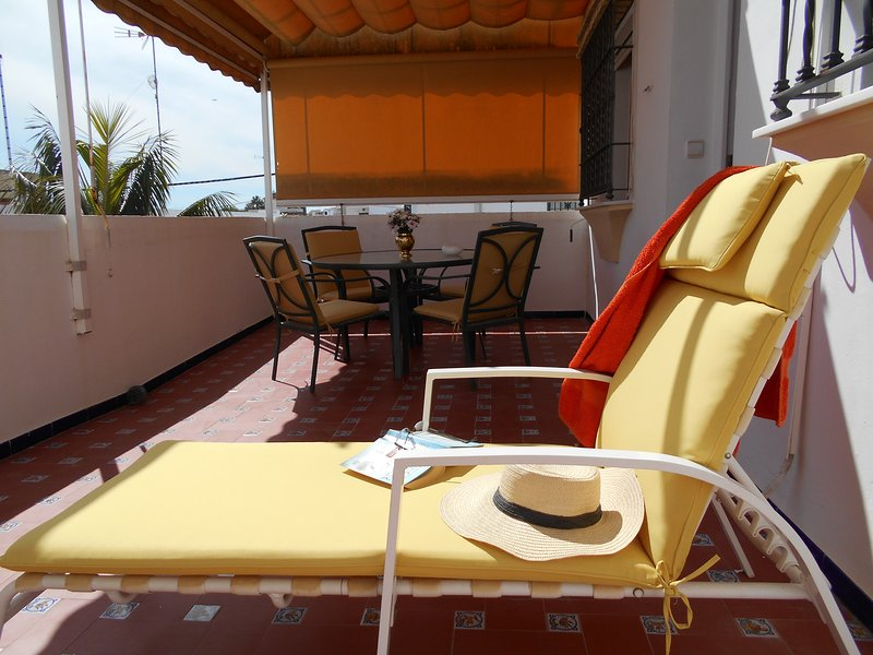 Large private terrace (30m2), very sunny (south facing), with awning and garden furniture.