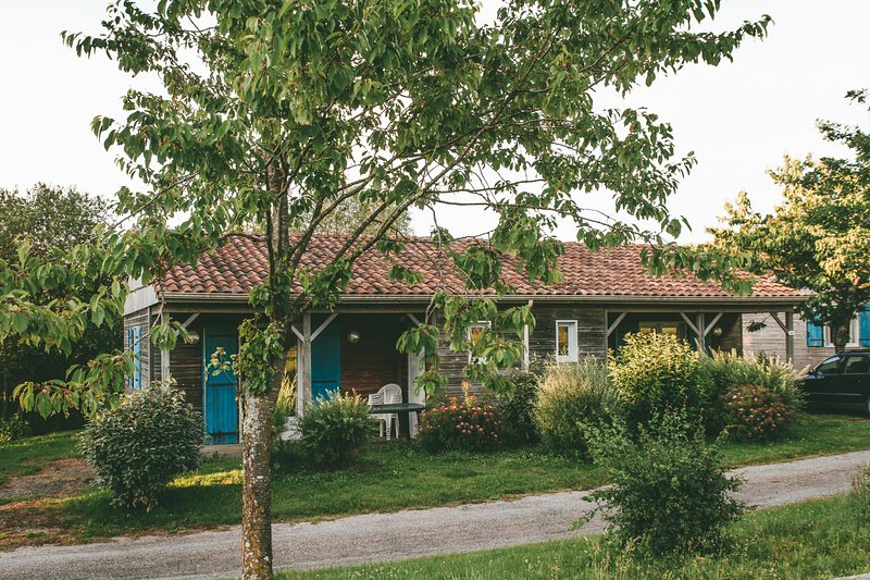 Chalet 4 personnes avec Piscine en pleine Nature proche Puy du Fou, holiday rental in Saint-Marsault