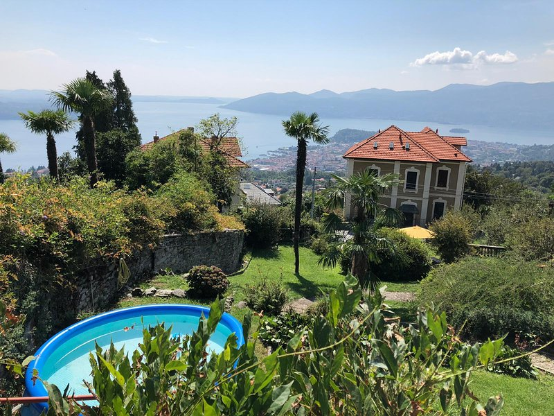 Villa Rosellina well-restored period villa with garden and wonderful lake view, Ferienwohnung in Bee