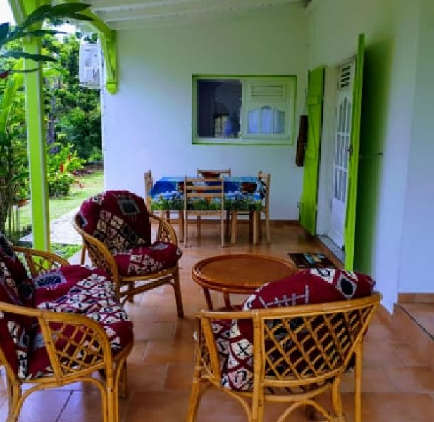 Beautiful studio with sea view, alquiler de vacaciones en Capesterre