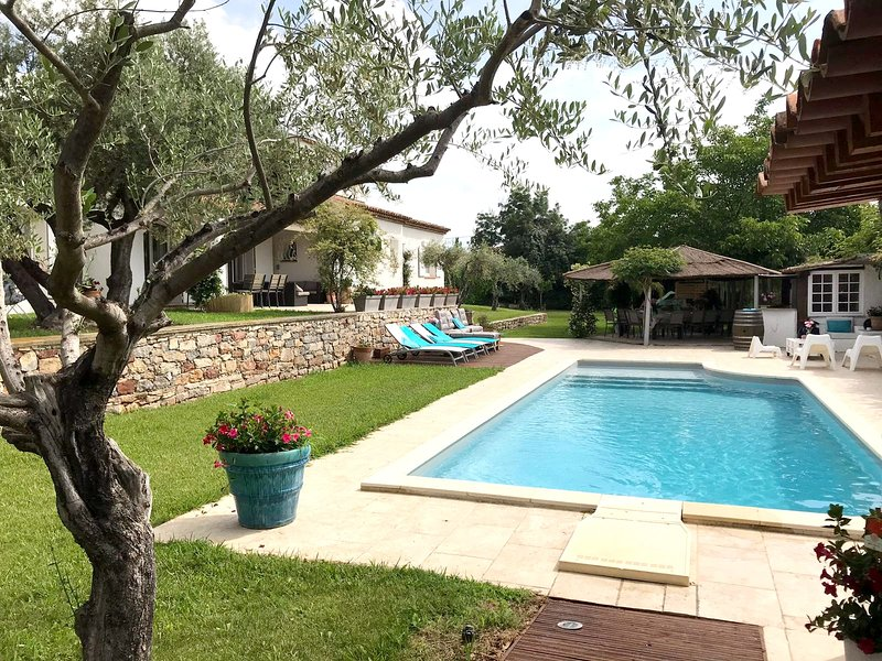 Amazing villa with swimming-pool, location de vacances à Sollies-Ville
