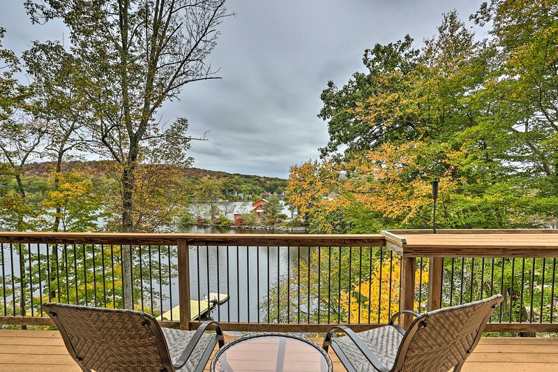 Waterfront Highland Lake Home w/ Deck+Private Dock, casa vacanza a Hillburn