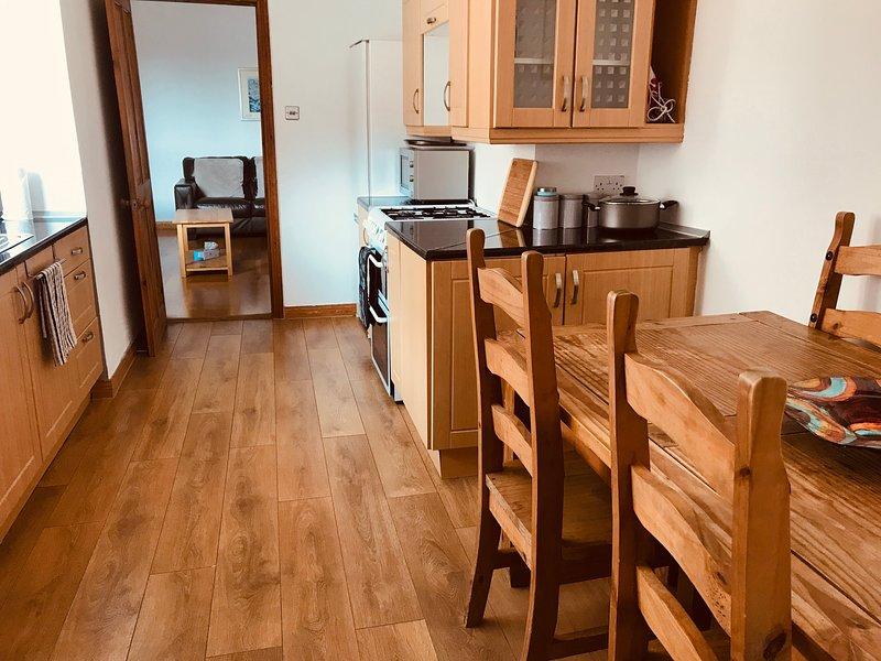 Ben attrezzato; frigorifero e freezer, piano cottura e forno, microonde, bollitore, caffettiera e tostapane. Tavolo e 6 sedie