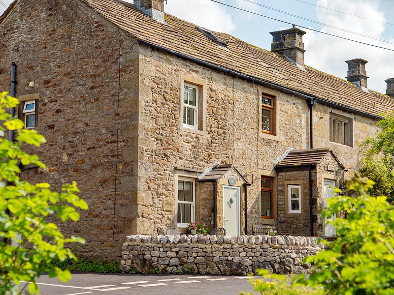 PARK GRANGE COTTAGE, high-quality interior, centre of Threshfield, Grassington, holiday rental in Mossley