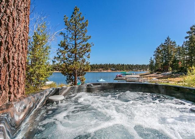 LAKEFRONT , Close to Slopes, NEW HOT TUB with Boat Dock! 10ppl Gameroom, alquiler de vacaciones en Big Bear Lake