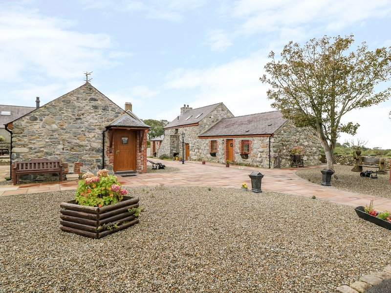 LAVENDER COTTAGE, character holiday cottage, with a garden in Caeathro, Ref 2952, holiday rental in Cwm-y-Glo