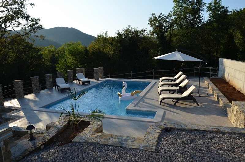 Holiday House Villa Brbon with outdoor pool, covered terrace, private location, alquiler vacacional en Krbune