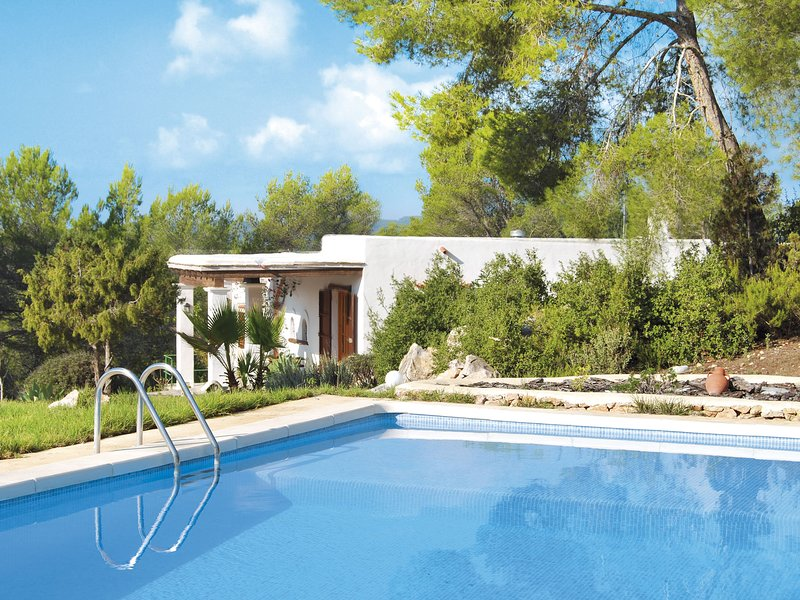 Holiday in true Ibiza style between heubels with private pool, location de vacances à Port de Sant Miguel