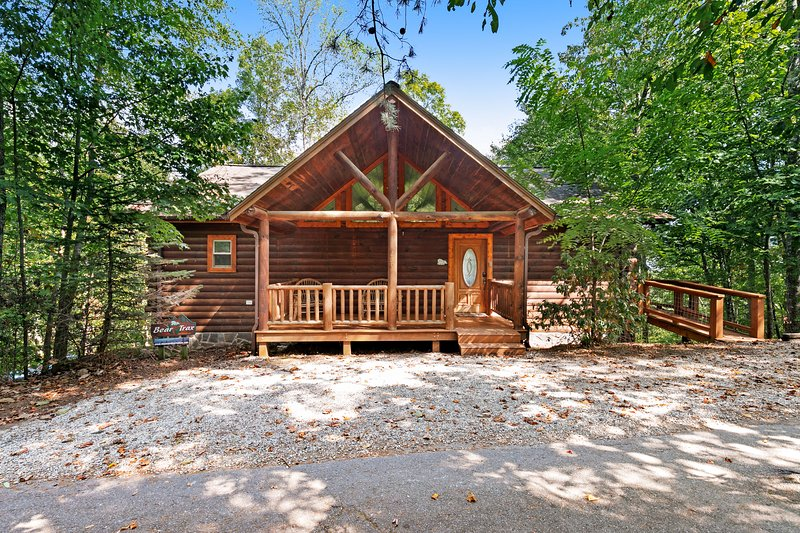 Log cabin with mountain views, deck & hot tub - close to Bryson City!, holiday rental in Bryson City