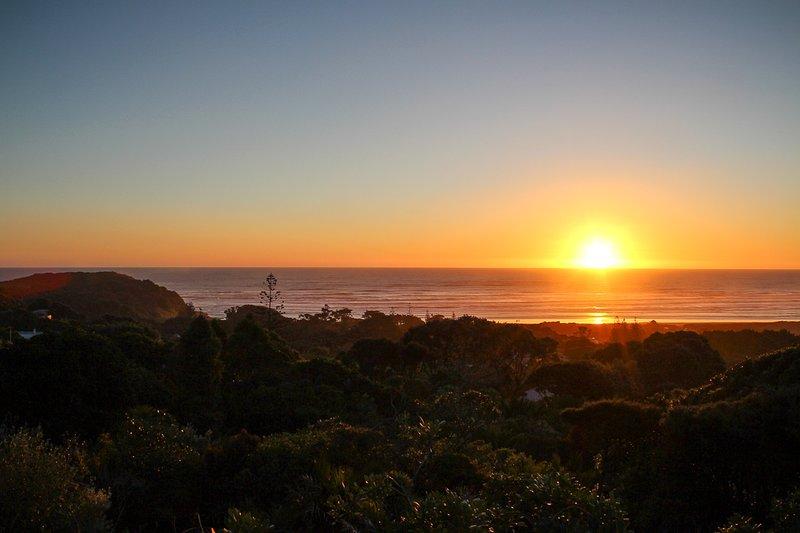 La vista nocturna desde el frente de la casa: ¡siéntese y disfrute de las espectaculares puestas de sol de la costa oeste!
