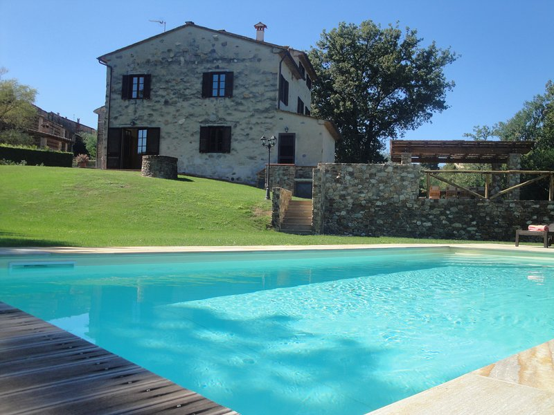 Villa Alexia Tuscany-Self catering house, 5 bedrooms/4 bathrooms/Sleeps 10, holiday rental in San Ginese