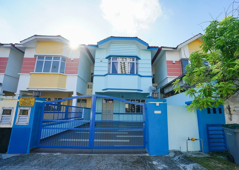 D'Mawar Homestay - 2 Story Modern Interior Terrace house, 4 Bedroom, 2 Bathroom, Ferienwohnung in Senai