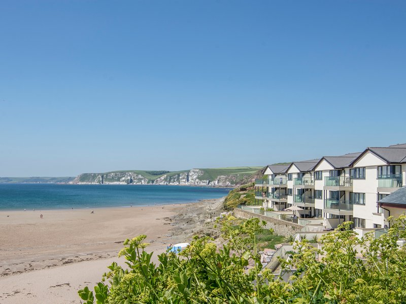 APARTMENT 17, smart beachside apartment with stunning sea views, use of indoor, holiday rental in Burgh Island