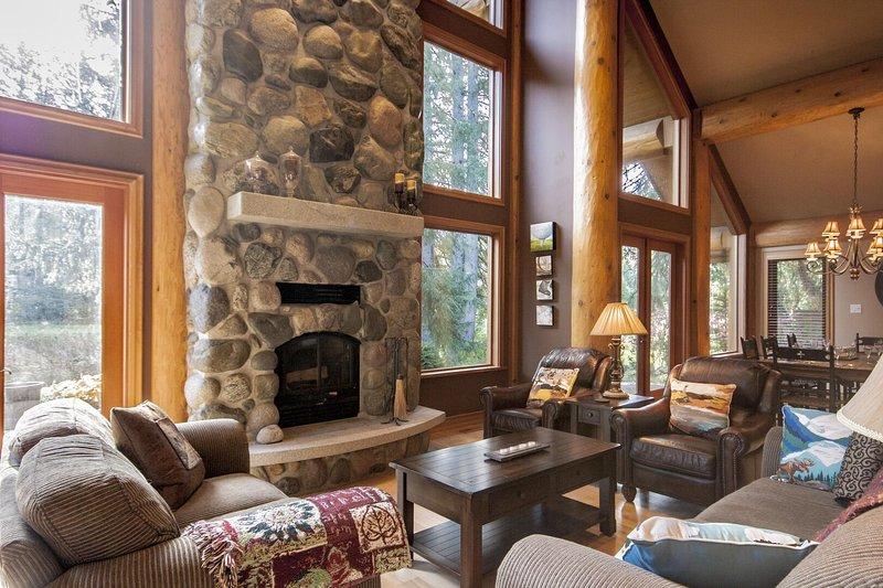 Sinta-se animado em voltar para casa em uma espaçosa sala de estar e se aquecer ao lado da bela lareira a lenha
