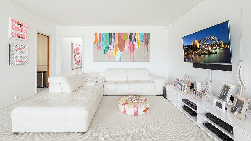 Sala de estar com um sofá duplo que se converte em um sofá-cama
