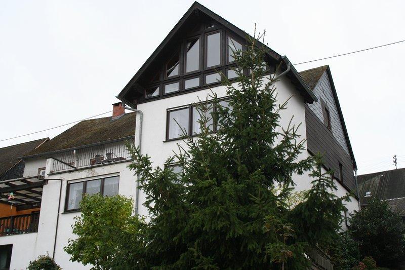 Vista posterior de la casa con hastial totalmente acristalado