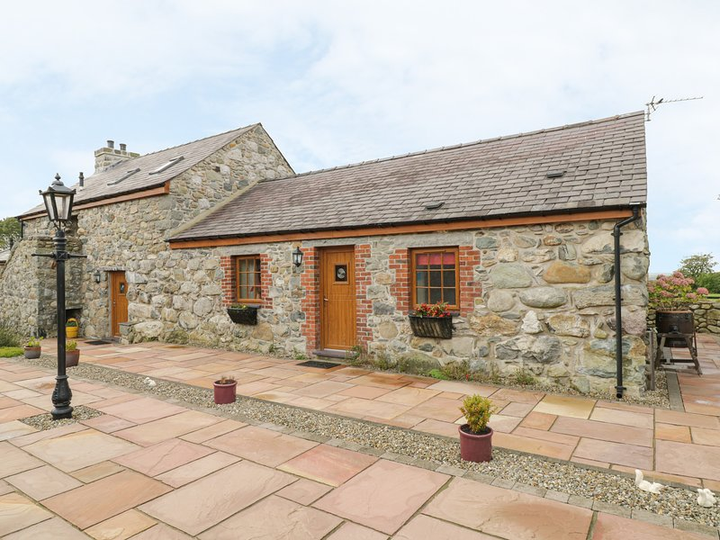 DAFFODIL COTTAGE, family friendly, country holiday cottage, with a garden in, holiday rental in Llanrug