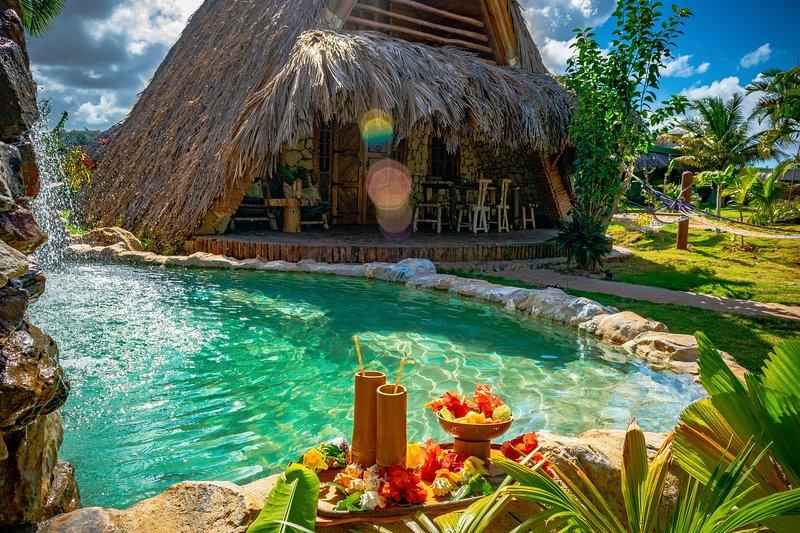 Chalet 2: piscina profunda con cascada y jardín.