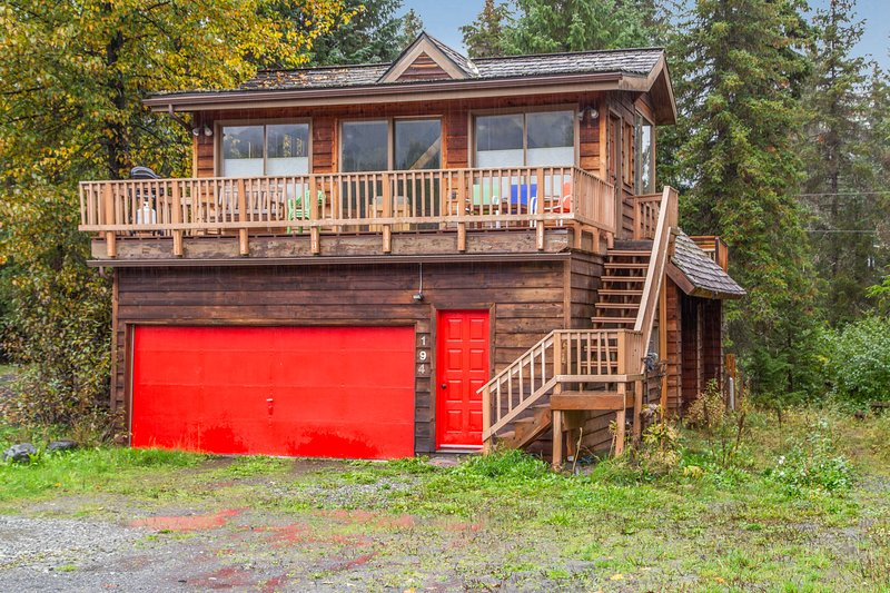 Mountain view cabin w/ fireplace, private sauna, and spacious deck, holiday rental in Anchorage
