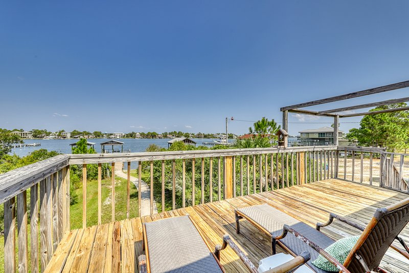Dog-friendly cottage w/ beautiful views from the furnished deck!, location de vacances à Orange Beach