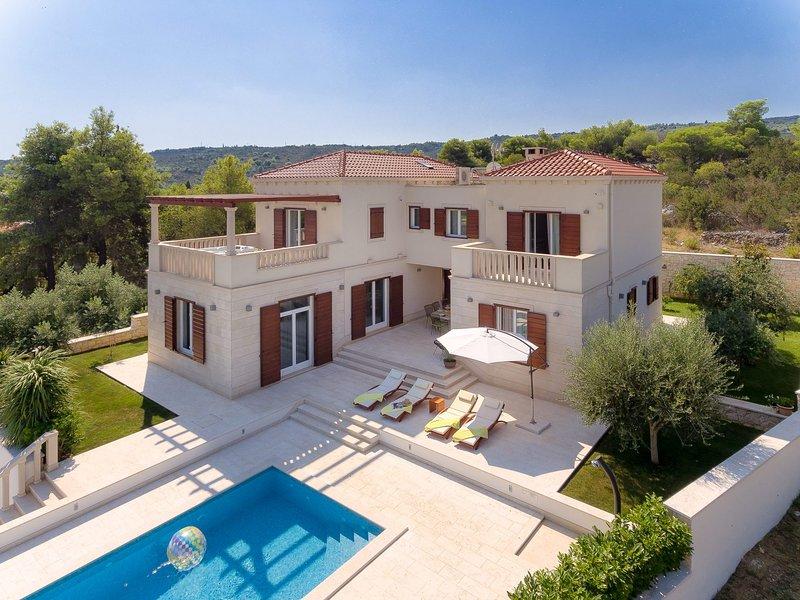 Splitska Villa Sleeps 8 with Pool Air Con and WiFi - 5814861, holiday rental in Splitska