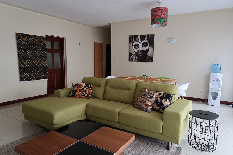 Serviced Modern 2Bdrm apartment with Balcony in the heart of Westlands Nairobi, holiday rental in Nairobi