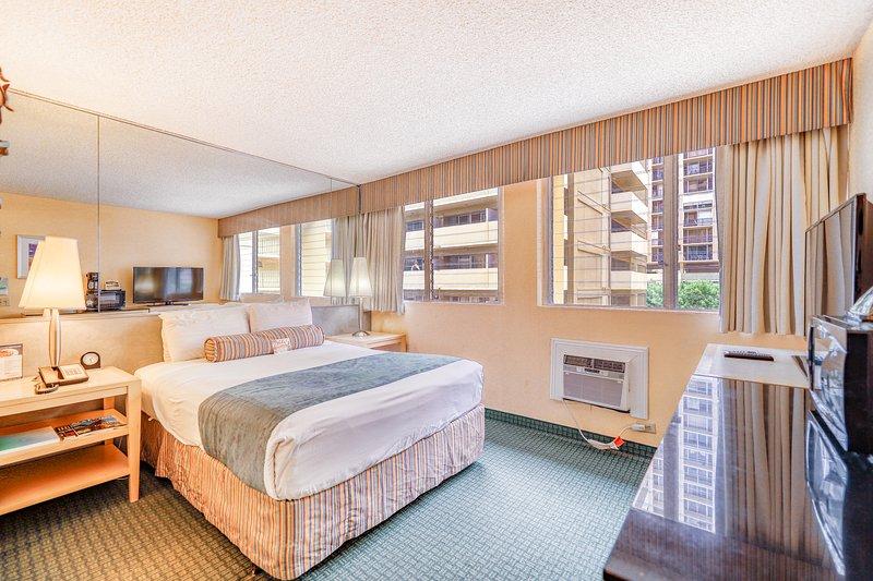 Cozy canalside suite w/ great shared amenities - walk to Waikiki Beach!, alquiler de vacaciones en Kahala