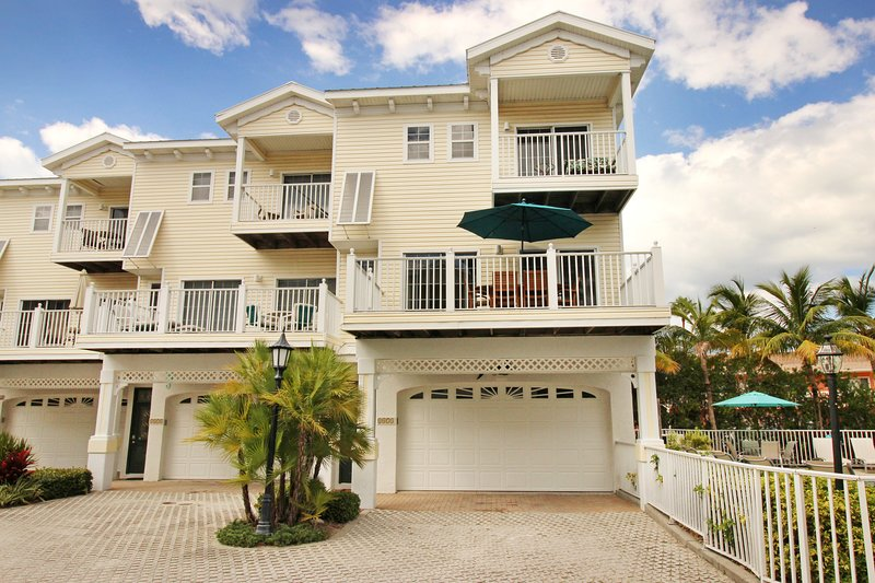 Stylish townhome w/ shared pool and spa right across the street from the beach – semesterbostad i Cortez