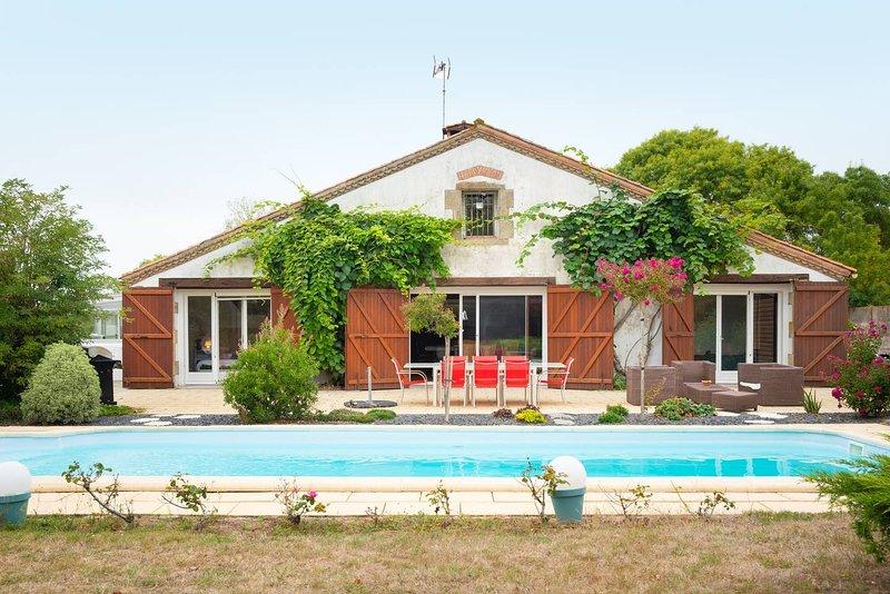 Villa avec piscine au centre d'un parc de 10 000m², proche plage, Vendee, location de vacances à Poiroux