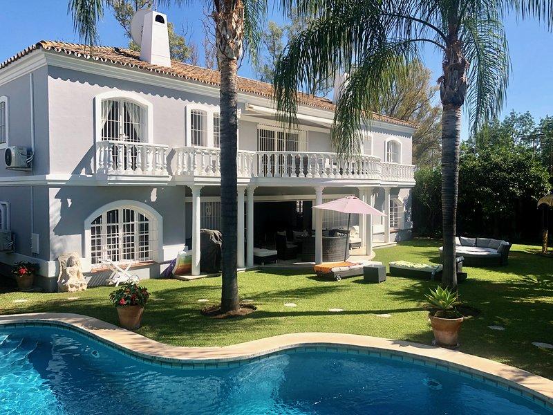 Guadalmina Frontline Golf Villa with Private Pool & Great Terraces to Entertain, alquiler de vacaciones en San Pedro de Alcántara