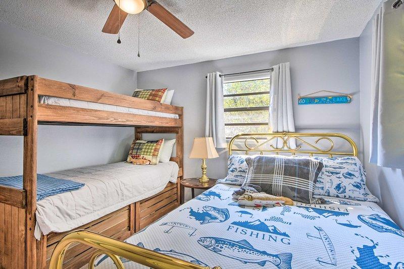 Questa camera da letto può ospitare 4 persone e vanta un letto matrimoniale e un letto a castello singolo.