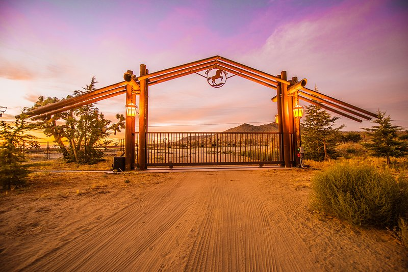 Luxury in the Desert - Ranch House, holiday rental in Lancaster